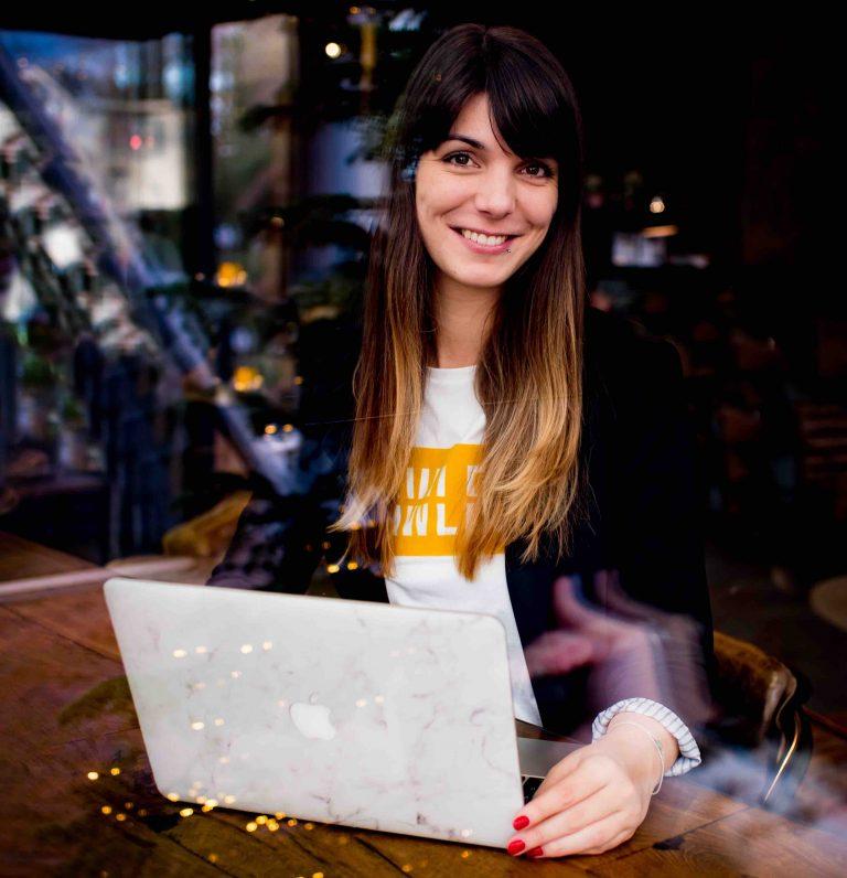 Manon-laptop-social-media-marketing-videografie-klein